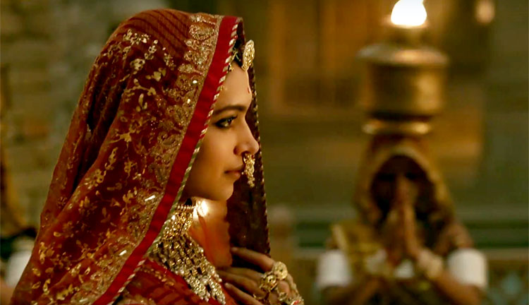 1Deepika-Padukones-regal-entry-into-the-song-is-breathtaking-1